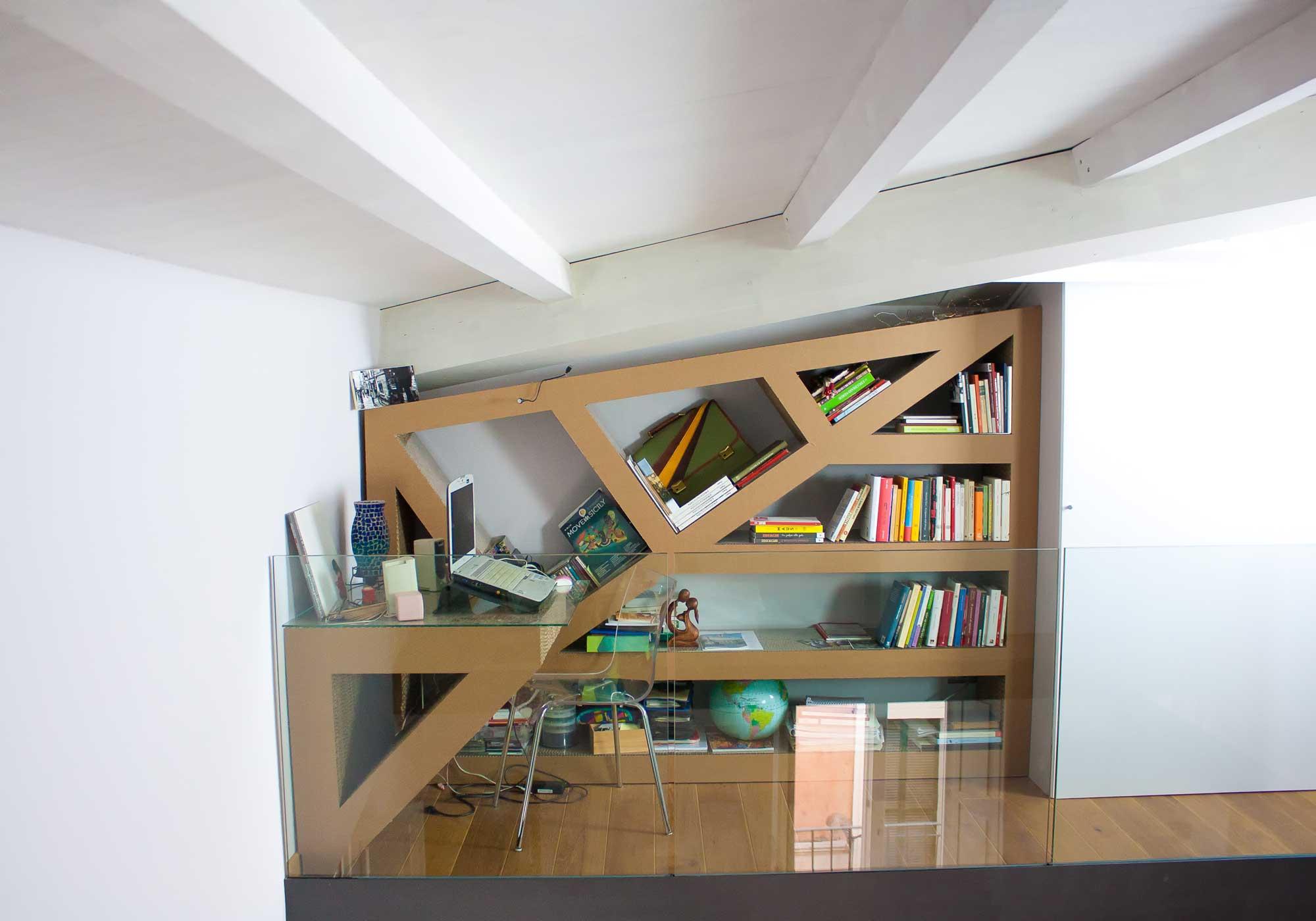Scrivania libreria in cartone alveolare kattuni arredi for Mobile scrivania libreria
